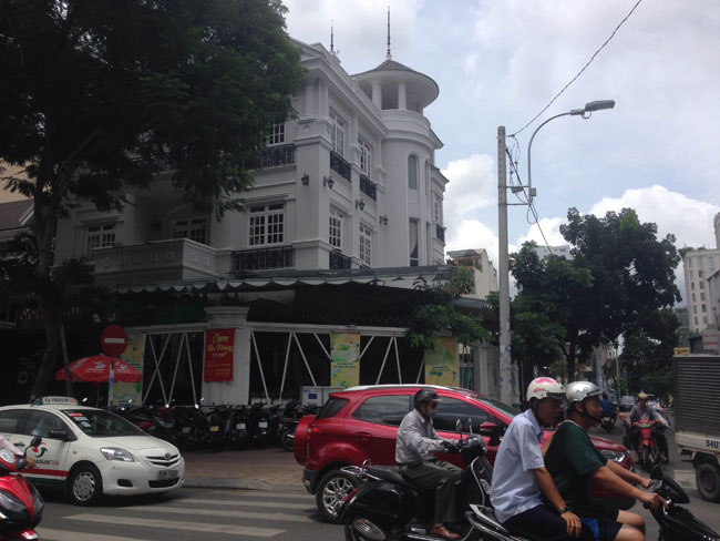 Cho thuê biệt thự Trương Định, quận 3. DT: 20x25 Nhà hầm, trệt, 3lầu, kiểu Pháp, sân vườn rộng. Giá: 15.000 USD