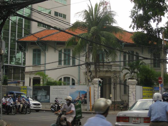 Cho thuê biệt thự Trương Định, quận 3. DT: 30x40 Nhà, trệt, lầu, kiểu Pháp, sân vườn rộng. Giá: 20.000 USD