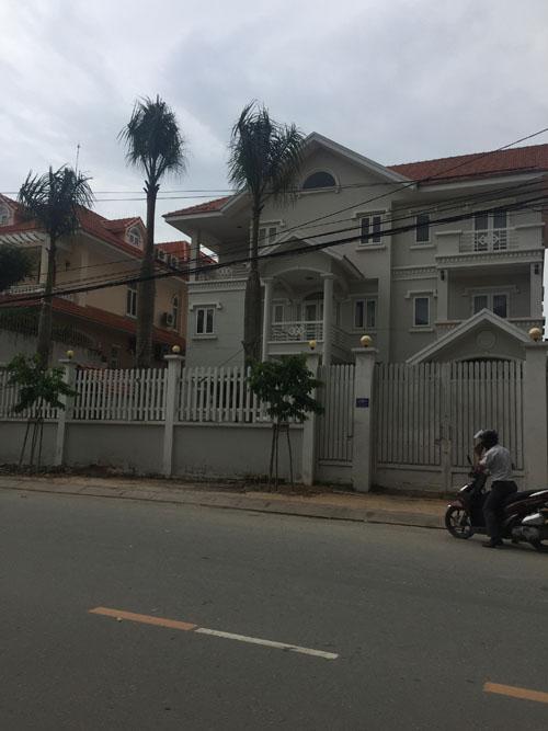 Cho thuê biệt thự mặt tiền Nguyễn Văn Hưởng 2. Nhà trệt, 2 lầu, sân vườn, hồ bơi. DT: 600 m2. Giá: 5000 USD