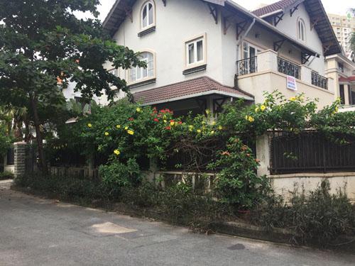 Cho thuê biệt thự mặt tiền Nguyễn Văn Hưởng 2. Nhà trệt, 2 lầu, sân vườn, hồ bơi. DT: 600 m2. Giá: 4000 USD